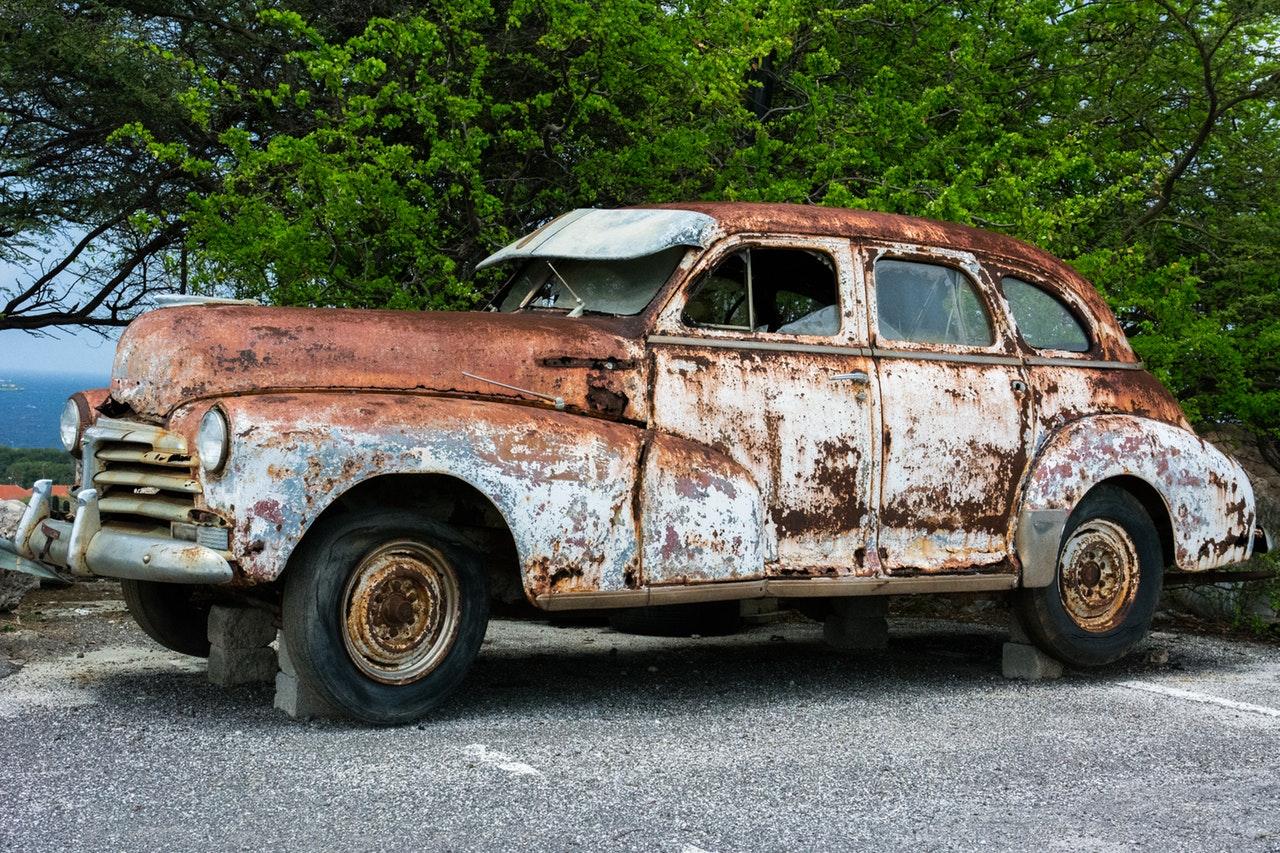 En gammal bil