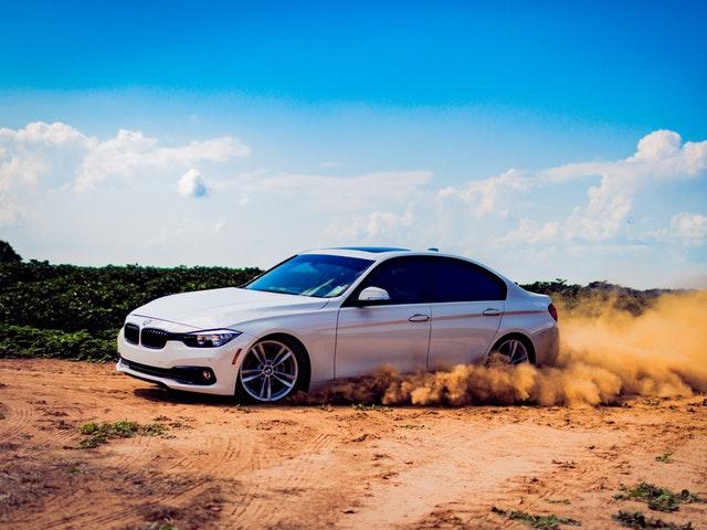 Bil som kör på sand